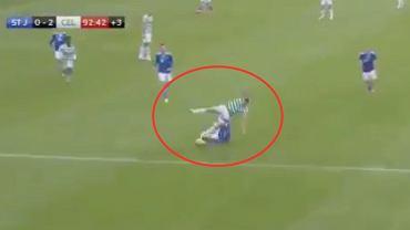 Patryk Klimala (Celtic Glasgow) sfaulowany podczas meczu z Saint Johnstone w szkockiej Premiership. Źródło: screenshot, Twitter
