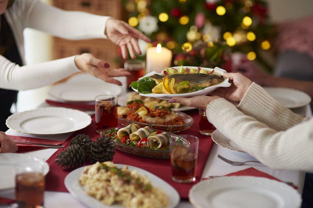 Jak grzecznie odmówić, gdy gospodarz naciska, żebyśmy jedli? Ekspertka savoir-vivre wyjaśnia