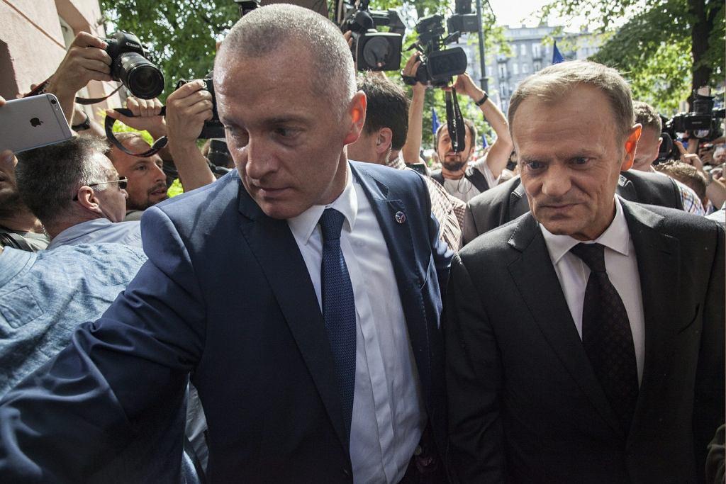 Donald Tusk w prokuraturze zeznaje w sprawie Smoleńska