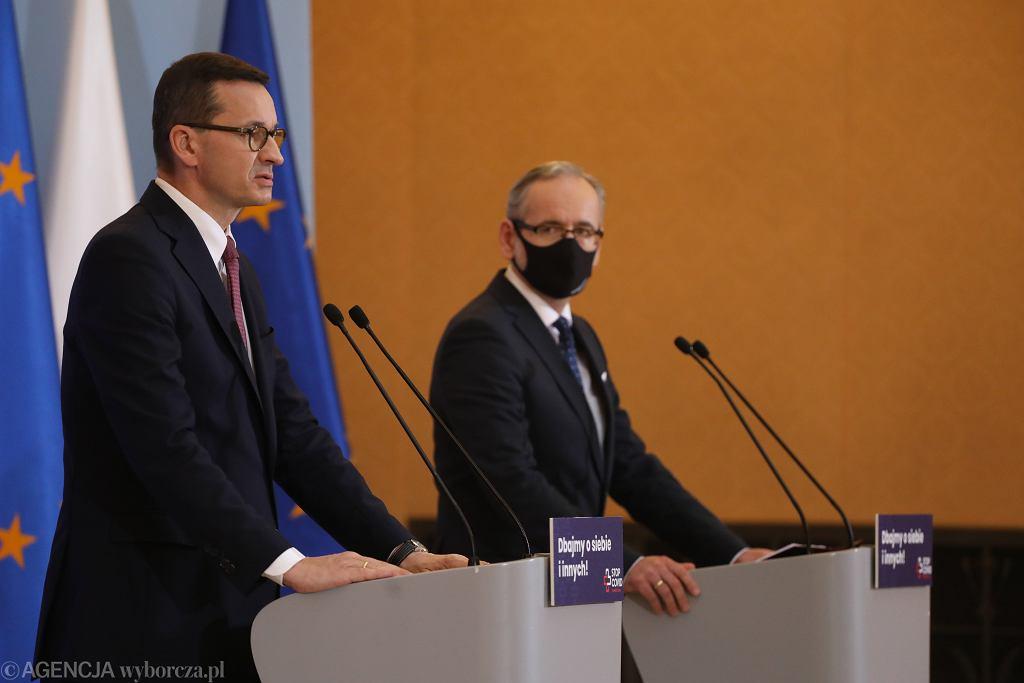 Premier rządu PiS Mateusz Morawiecki oraz minister zdrowia Adam Niedzielski podczas konferencji prasowej