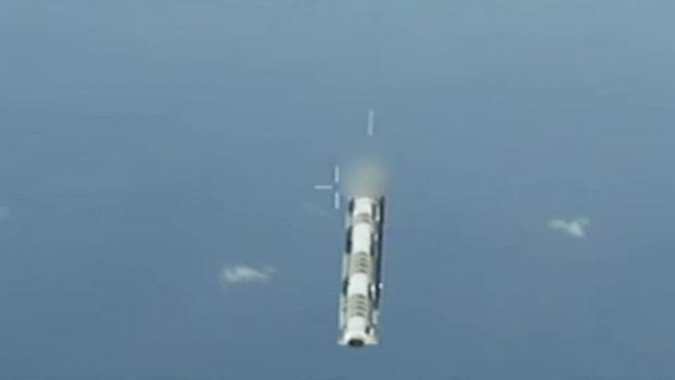 Rakieta-cel z ocenzurowanym szczytem tuż po zrzucie z C-17