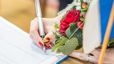 Polskie przepisy dopuszczają możliwość zmiany nazwiska w trybie administracyjnym. Wniosek o zmianę imienia lub nazwiska składa się do wybranego kierownika urzędu stanu cywilnego.