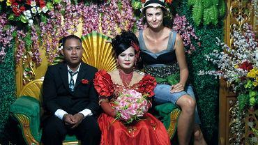 Pamiątkowe zdjęcie z młodą parą. Wiejskie wesele, Sumatra, Indonezja