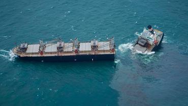 Japonia. Statek złamał się na dwie części, załogę ewakuowano
