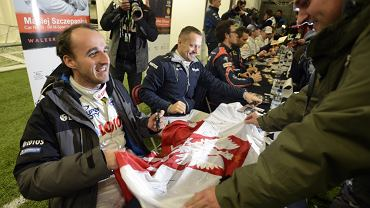 Robert Kubica rozdaje autografy przed rajdem Wielkiej Brytanii
