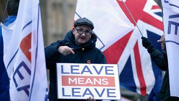 Zwolennnik brexitu napomina polityków transparentem przed Westminsterem