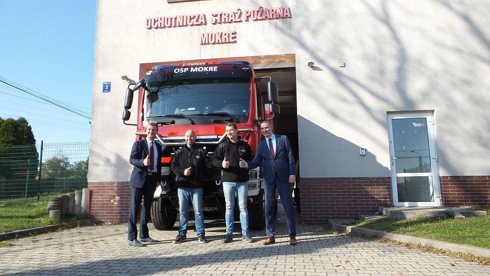 Strażacy z OSP w Mokrem będą wyjeżdżać do akcji nowym wozem