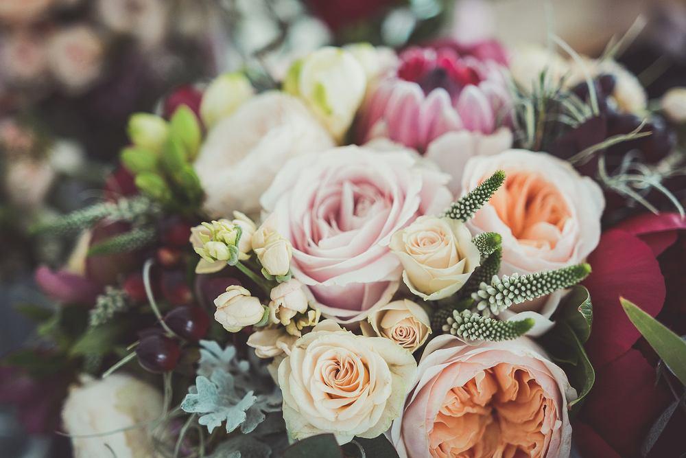 Kwiaty na imieniny - różnokolorowe róże. Zdjęcie ilustracyjne