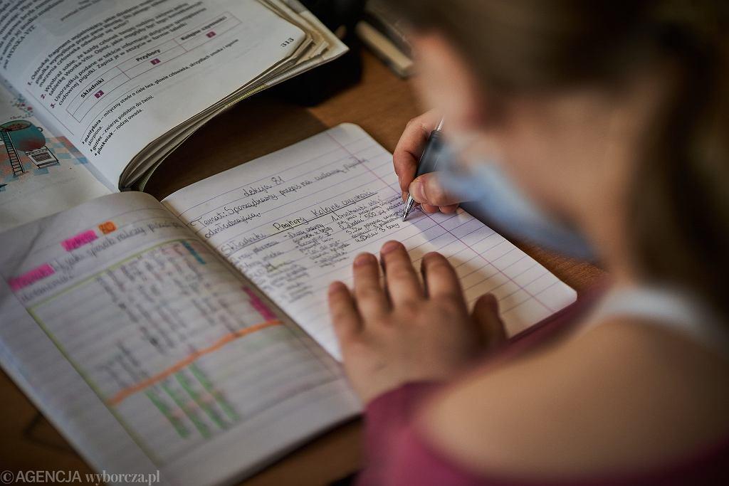 Odrabianie prac domowych z dziećmi bywa źródłem konfliktów rodzinnych i codziennej frustracji rodzica w stosunku do dziecka
