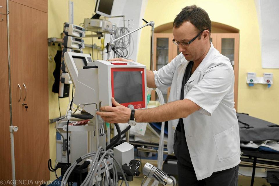 Lublin . Prof . dr . hab . Miroslaw Czuczwar , kierownik II Kliniki Anestesiologi i Intensywnej Terapii PSK  obsługuje aparat ECMO.