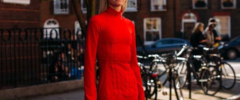 Sukienka w tym kobiecym kolorze świetnie pasuje do świątecznego klimatu! Top 12 pięknych modeli