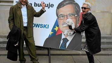 Kamil Sipowicz i Kora z Ramoną po zakończeniu uroczystości przedstawienia komitetu honorowego kandydata na prezydenta Bronisława Komorowskiego w 2010 roku