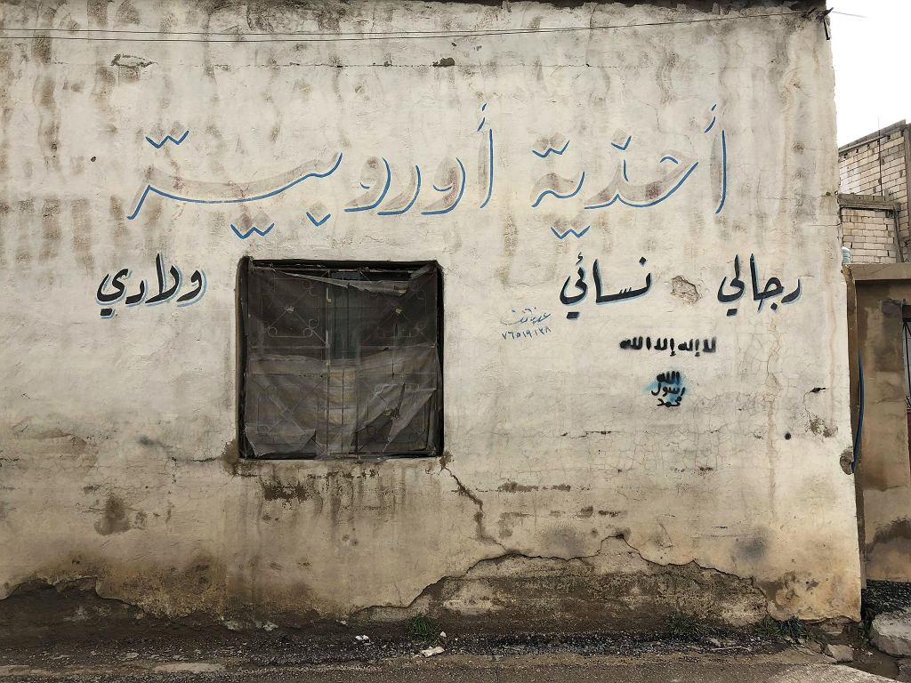 W Arsalu można wciąż zobaczyć pojedyncze graffiti z symbolem Daesh