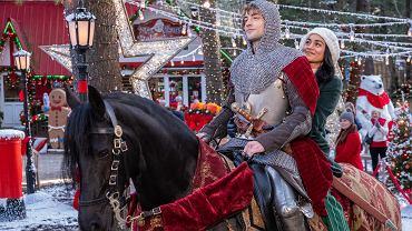 'Świąteczny rycerz' - jeden z bożonarodzeniowych filmowych hitów serwisu Netflix.  Na zdjęciu para głównych bohaterów grana przez Josha Whitehouse'a i Vanessę Hudgens.