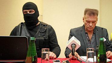 Krzysztof Rutkowski (w środku) podczas konferencji prasowej w sprawie zaginięcia Ewy Tylman. Z prawej Andrzej Tylman, ojciec zaginionej (2 grudnia 2015)