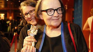 Na pierwszym planie Agnieszka Holland z nagrodą, w tle Kasia Adamik