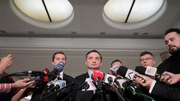 23.01.2020, Sejm, minister sprawiedliwości i prokurator generalny Zbigniew Ziobro wraz ze współpracownikami na konferencji prasowej po uchwaleniu 'ustawy kagańcowej'.
