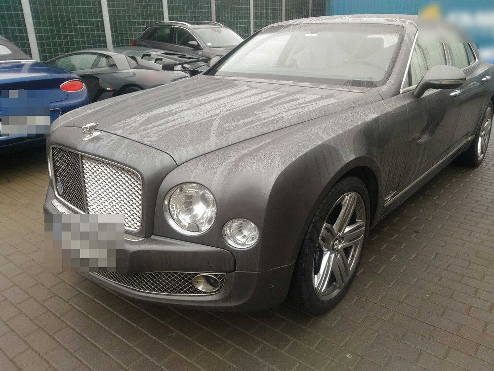 Warty prawie 2 mln złotych Bentley znaleziony na warszawskim Bemowie.