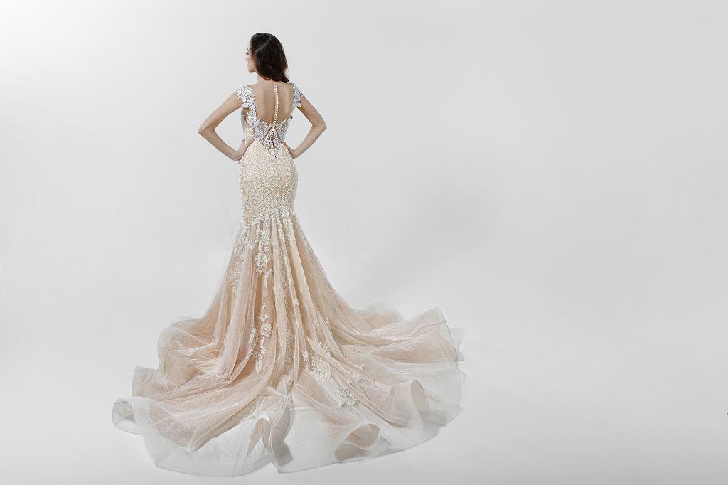 Suknia ślubna syrena to jedna z najmodniejszych sukienek ostatnich lat. Tu w wersji bogato zdobionej, ale występuje też w klasycznej bieli i bez dodatkowych ozdób, dla fanek bardziej klasycznych rozwiazań