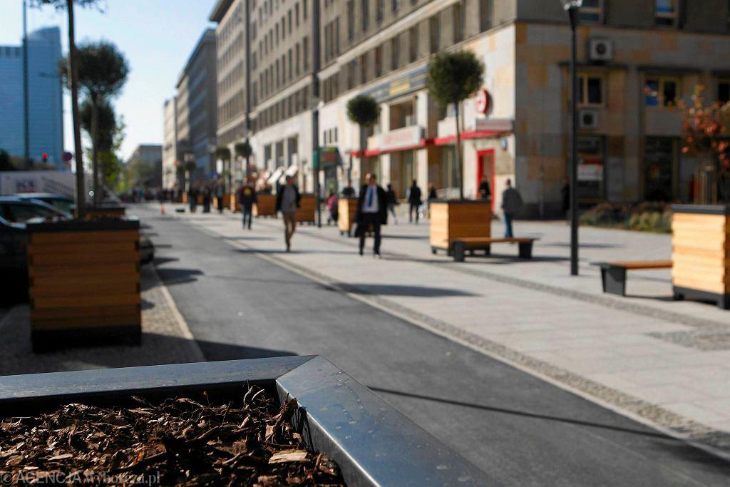 Ul. Świętokrzyska. Na wyremontowanej ulicy stanęły drewniane donice z drzewkami