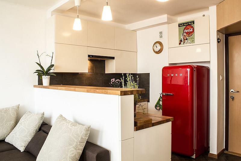 Soczyście czerwona lodówka w stylu vintage w kuchni