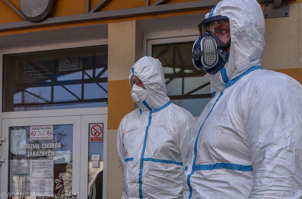 Ratownicy w strojach ochronnych, które mają zabezpieczać przed zakażeniem koronawirusem (zdjęcie ilustracyjne)