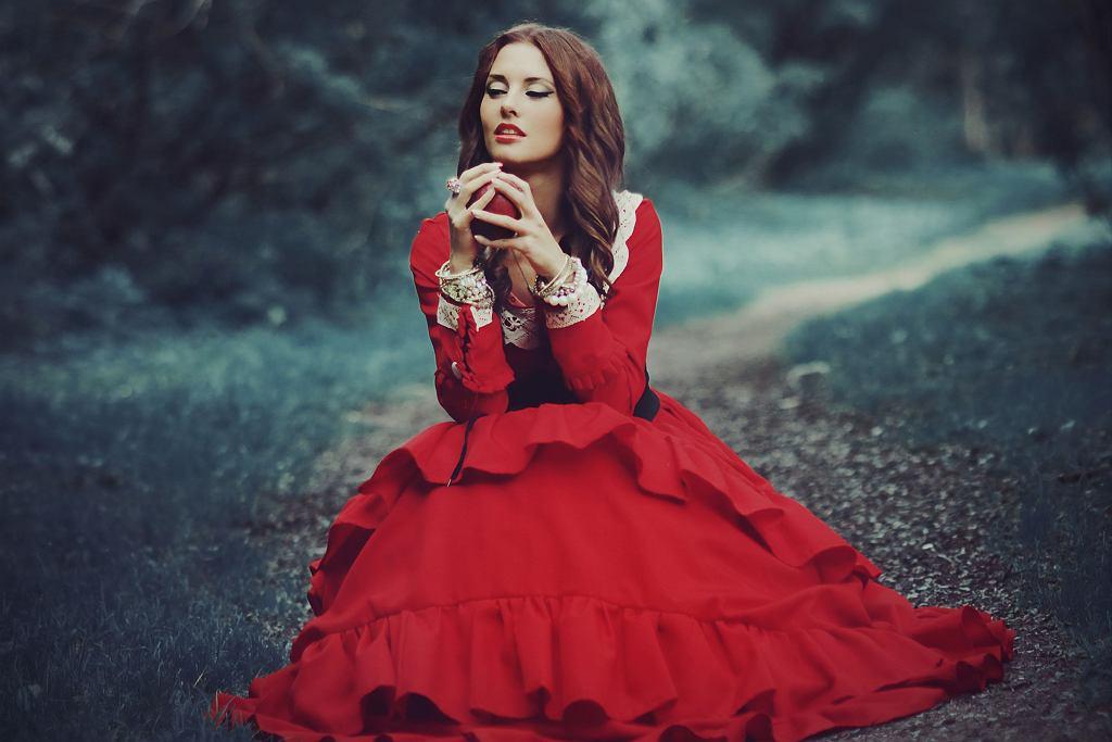 Zdjęcie ilustracyjne: makijaż do czerwonej sukienki