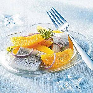 Śledzie z sałatką z mango i pomarańczy