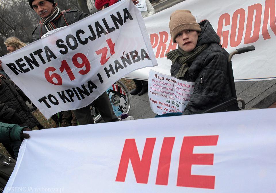 Protest opiekunów osób niepełnosprawnych pod kancelarią premiera