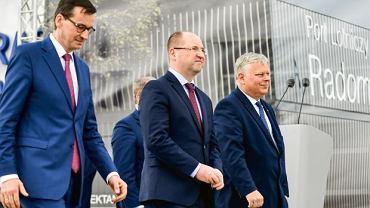 Premier Morawiecki, lider mazowieckiej listy PiS Adam Bielan i poseł Marek Suski na lotnisku w Radomiu