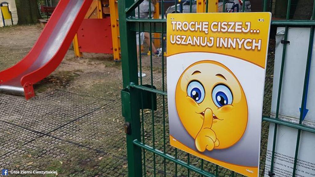 Na placach zabaw w Cieszynie pojawiły się nietypowe tablice skłaniające dzieci do zachowania ciszy