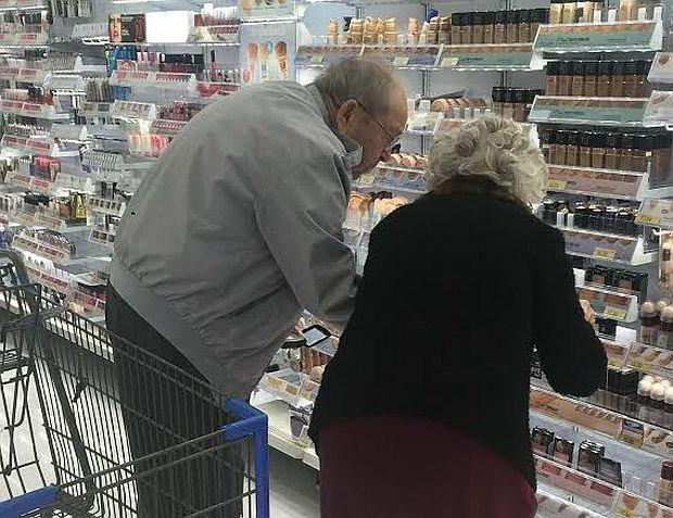 Wzruszające: mężczyzna wybiera wspólnie z żoną podkład do makijażu