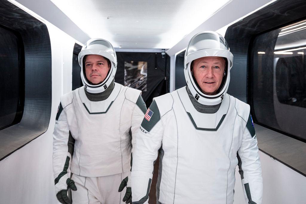 Astronauci NASA Bob Behnken i and Doug Hurley w skafandrach SpaceX.