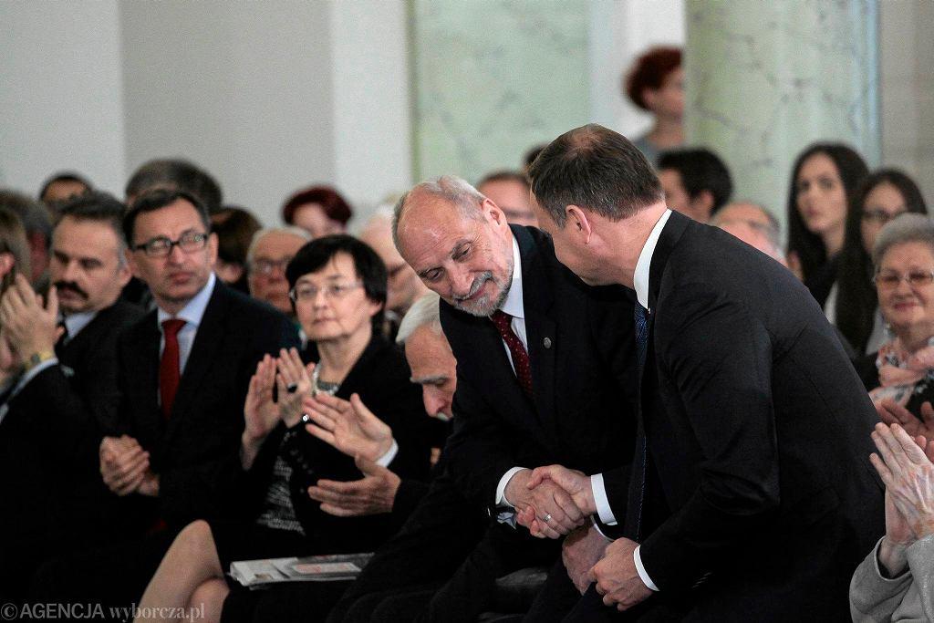 Prezydent Andrzej Duda i Antoni Macierewicz na obchodach 40. rocznicy powstania KOR-u w Pałacu Prezydenckim