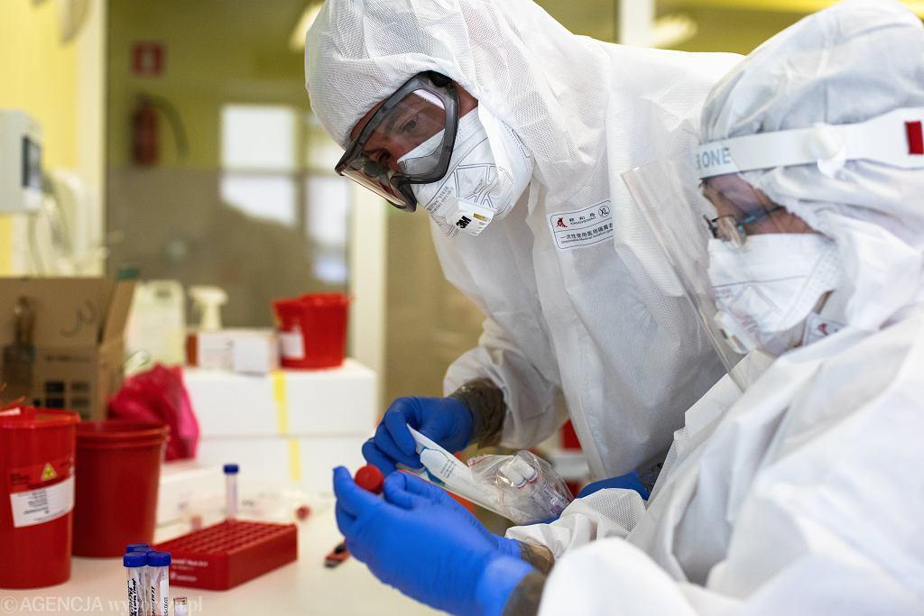 Pandemia koronawirusa. Praca służb medycznych w Laboratorium regionalnego Centrum Krwiodawstwa i Krwiolecznictwa. Lublin, 22 maja 2020