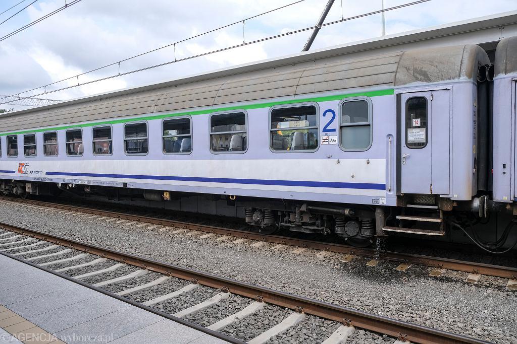Maseczka w pociągu - jakie obowiązują zasady? Wiele osób popełnia błąd