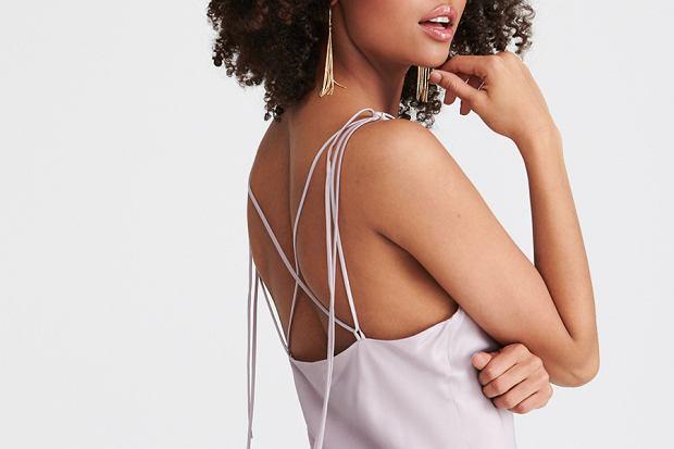 """Sukienka bieliźniana jest idealną propozycją na lato. Była trendem w latach 90., jednak teraz znów warto mieć ją w swojej szafie. Znalazłyśmy osiemnaście przepięknych modeli sukienek """"slip dress""""!"""