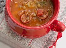 Hiszpańska zupa z zielonej soczewicy z chorizo - ugotuj
