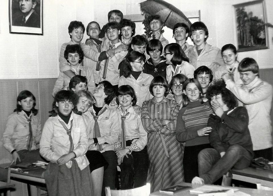 Maria Mielnikiewicz ze swoimi uczniami z Liceum Ogólnokształcącego im. Mikołaja Kopernika w Ostro-wi Mazowieckiej