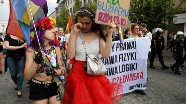 Marsz Równości w Białymstoku. Pacyfka pociesza płaczącą dziewczynę.
