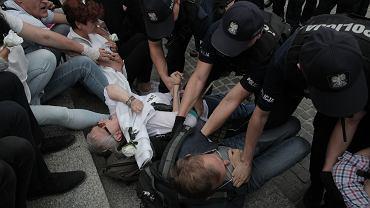 Policja wynosi antyfaszystów z pl. Krasińskich