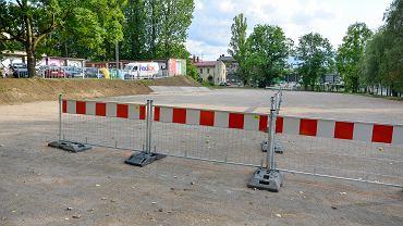 Plac postojowy w rejonie ul. Lwowskiej i Krakowskiej w Bielsku-Białej. W tym miejscu powstanie parking wielopoziomowy