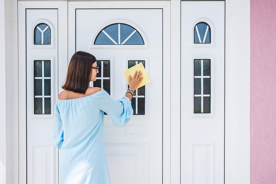 czyszczenie drzwi