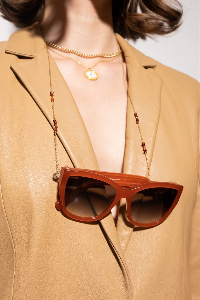 Ania Kruk x JAI KUDO - kolekcja okularów przeciwsłonecznych. Na zdjęciu model Bianca