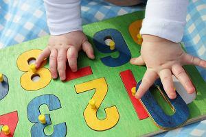 Zabawki edukacyjne dla dzieci: co kupić maluchowi, na co zwracać uwagę wybierając zabawkę dla starszaka?
