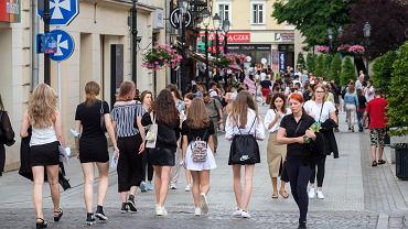 Zakończenie roku szkolnego. Uczniowie wyszli do centrum Rzeszowa świętować rozpoczęcie wakacji.