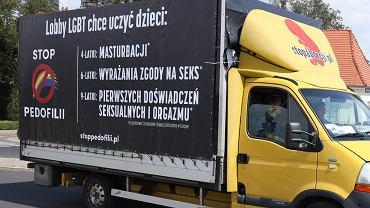 17 sierpnia 2020 r. Homofobiczna furgonetka fundacji Pro - Prawo do Życia na ulicach Poznania