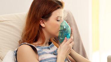 Najlepsze efekty lecznicze zapalenia krtani dają inhalacje. Podczas kuracji chory wdycha parę wodną z domieszką leków