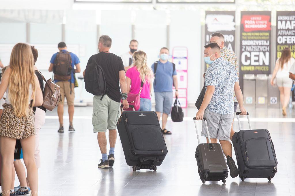 Boom na paszporty. Polacy masowo odbierają dokumenty, aby wyjechać poza strefę Schengen (zdjęcie ilustracyjne)