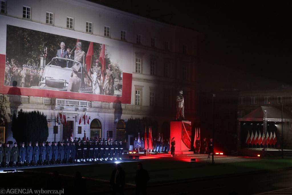 Przygotowania do odsłonięcia pomnika Lecha Kaczyńskiego w pobliżu placu Piłsudskiego. Warszawa, 10 listopada 2018